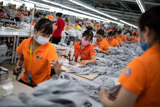 Reuters: Lao động lành nghề ở Việt Nam đang chịu áp lực lớn bởi chiến tranh thương mại, các công ty có thể học tập Vinfast - Ảnh 1.