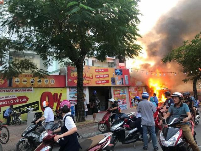 Hải Phòng: Đang cháy lớn tại cửa hàng điện máy Hoàng Gia - Ảnh 1.