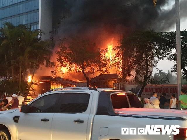 Ảnh: Hiện trường lửa bao trùm kèm tiếng nổ lớn từ siêu thị điện máy ở Hải Phòng - Ảnh 2.