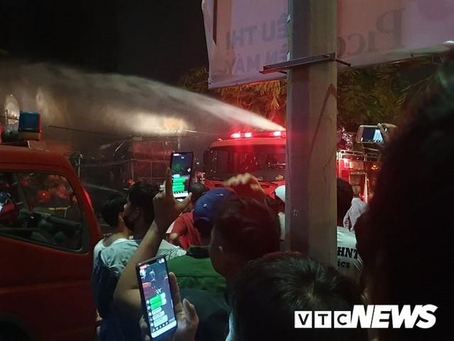 Ảnh: Hiện trường lửa bao trùm kèm tiếng nổ lớn từ siêu thị điện máy ở Hải Phòng - Ảnh 11.