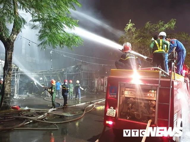 Ảnh: Hiện trường lửa bao trùm kèm tiếng nổ lớn từ siêu thị điện máy ở Hải Phòng - Ảnh 12.