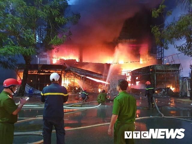 Ảnh: Hiện trường lửa bao trùm kèm tiếng nổ lớn từ siêu thị điện máy ở Hải Phòng - Ảnh 3.