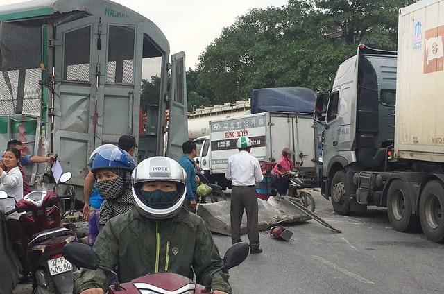 Xe tải vượt đường sắt, tàu hỏa chở hàng đứt khúc la liệt ở Nghệ An - Ảnh 6.