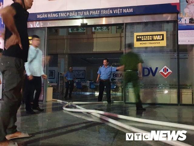 Ảnh: Hiện trường lửa bao trùm kèm tiếng nổ lớn từ siêu thị điện máy ở Hải Phòng - Ảnh 8.