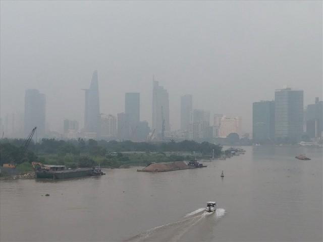 """Lại """"báo động đỏ"""", bầu trời Sài Gòn mù mịt ô nhiễm nặng - Ảnh 2.  Lại """"báo động đỏ"""", bầu trời Sài Gòn mù mịt ô nhiễm nặng photo 1 1569470699176603327733"""