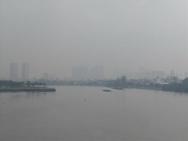 """Lại """"báo động đỏ"""", bầu trời Sài Gòn mù mịt ô nhiễm nặng - Ảnh 3.  Lại """"báo động đỏ"""", bầu trời Sài Gòn mù mịt ô nhiễm nặng photo 2 1569470699180362311486"""