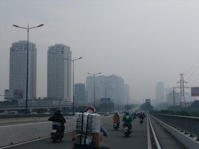 """Lại """"báo động đỏ"""", bầu trời Sài Gòn mù mịt ô nhiễm nặng - Ảnh 4.  Lại """"báo động đỏ"""", bầu trời Sài Gòn mù mịt ô nhiễm nặng photo 3 1569470699182764839301"""