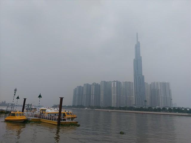 """Lại """"báo động đỏ"""", bầu trời Sài Gòn mù mịt ô nhiễm nặng - Ảnh 6.  Lại """"báo động đỏ"""", bầu trời Sài Gòn mù mịt ô nhiễm nặng photo 5 1569470699188868292967"""