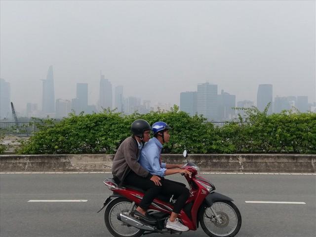 """Lại """"báo động đỏ"""", bầu trời Sài Gòn mù mịt ô nhiễm nặng - Ảnh 7.  Lại """"báo động đỏ"""", bầu trời Sài Gòn mù mịt ô nhiễm nặng photo 6 15694706991901386014893"""