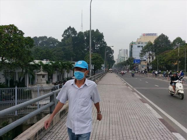 """Lại """"báo động đỏ"""", bầu trời Sài Gòn mù mịt ô nhiễm nặng - Ảnh 8.  Lại """"báo động đỏ"""", bầu trời Sài Gòn mù mịt ô nhiễm nặng photo 7 15694706991962039173218"""