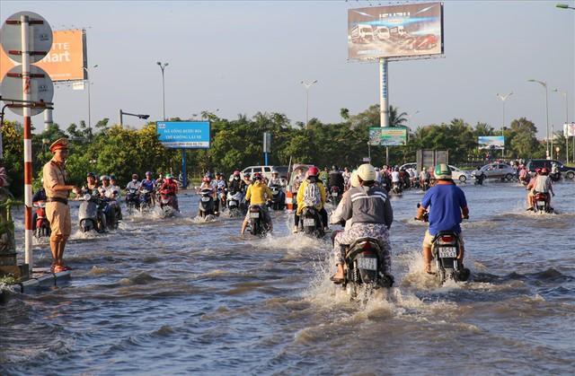 Quốc lộ 1A chìm trong nước, CSGT huy động xe chuyên dụng giải cứu - Ảnh 4.