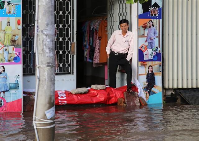 Quốc lộ 1A chìm trong nước, CSGT huy động xe chuyên dụng giải cứu - Ảnh 5.