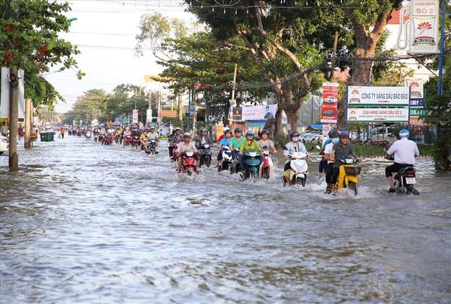 Quốc lộ 1A chìm trong nước, CSGT huy động xe chuyên dụng giải cứu - Ảnh 9.