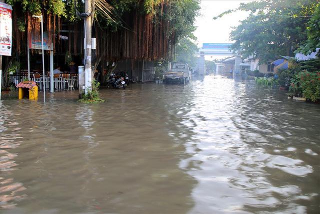 Quốc lộ 1A chìm trong nước, CSGT huy động xe chuyên dụng giải cứu - Ảnh 10.