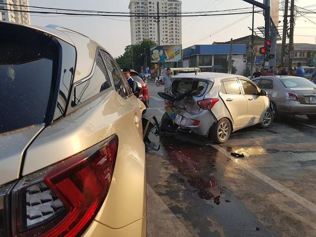 Ô tô điên tông hàng loạt xe dừng đèn đỏ - Ảnh 2.