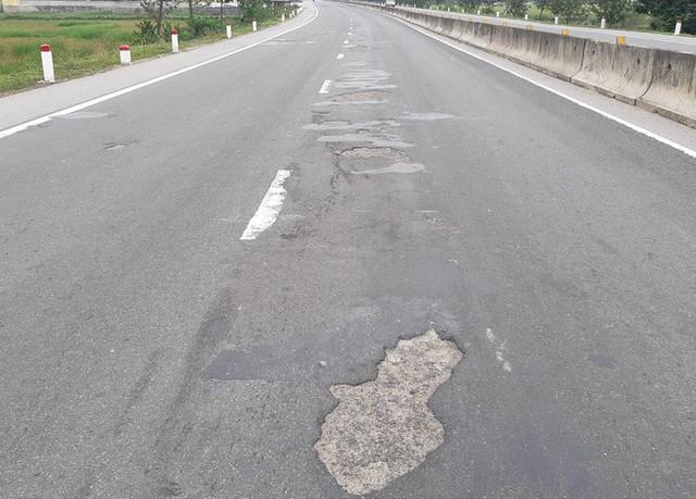 Quốc lộ hơn 2.000 tỷ đồng đoạn qua Hà Tĩnh bị bong tróc, loang lổ - Ảnh 2.