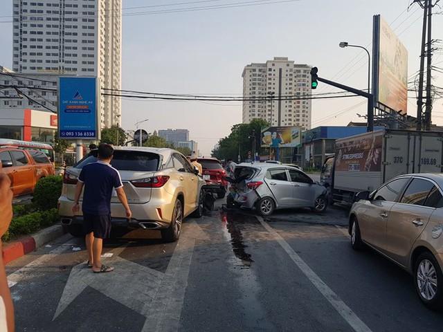 Ô tô điên tông hàng loạt xe dừng đèn đỏ - Ảnh 4.