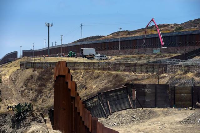 Kế hoạch xây tường biên giới của Trump đe dọa hơn 120 dự án quốc phòng - Ảnh 1.
