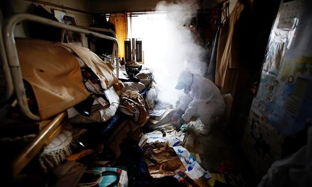 Nhật Bản: Dọn dẹp nhà cửa cho những xác chết cô độc với lương tháng trăm triệu nhưng không mấy ai dám làm - Ảnh 2.