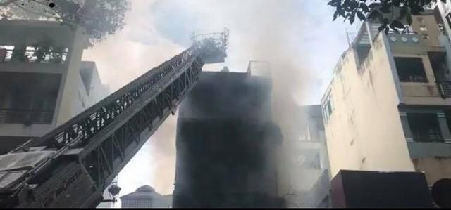 Cháy dữ dội tòa nhà cao tầng trên đường Nguyễn Trãi, TP HCM  - Ảnh 1.