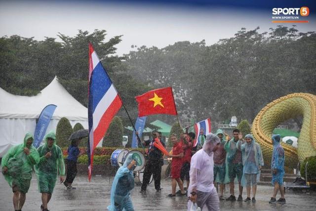 Fan cổ vũ cuồng nhiệt bất chấp mưa lớn trước trận Việt Nam đại chiến Thái Lan - Ảnh 2.