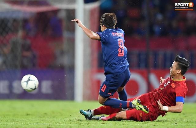Duy Mạnh phản ứng cực gắt với trọng tài sau khi đội trưởng Quế Ngọc Hải bị đối phương chơi xấu - Ảnh 2.