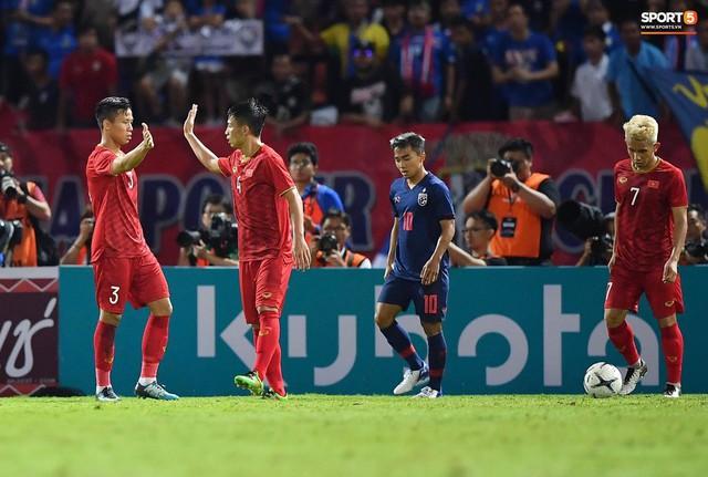 Duy Mạnh phản ứng cực gắt với trọng tài sau khi đội trưởng Quế Ngọc Hải bị đối phương chơi xấu - Ảnh 11.