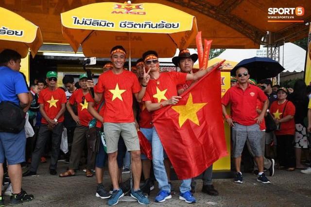 Fan cổ vũ cuồng nhiệt bất chấp mưa lớn trước trận Việt Nam đại chiến Thái Lan - Ảnh 4.
