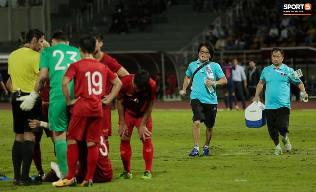 Duy Mạnh phản ứng cực gắt với trọng tài sau khi đội trưởng Quế Ngọc Hải bị đối phương chơi xấu - Ảnh 3.