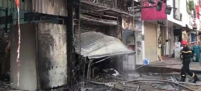 Cháy dữ dội tòa nhà cao tầng trên đường Nguyễn Trãi, TP HCM  - Ảnh 4.