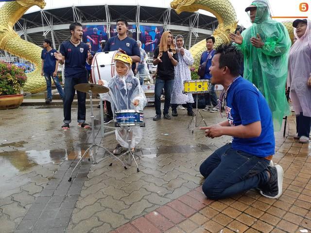 Fan cổ vũ cuồng nhiệt bất chấp mưa lớn trước trận Việt Nam đại chiến Thái Lan - Ảnh 5.