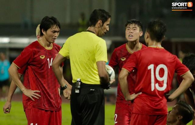 Duy Mạnh phản ứng cực gắt với trọng tài sau khi đội trưởng Quế Ngọc Hải bị đối phương chơi xấu - Ảnh 4.