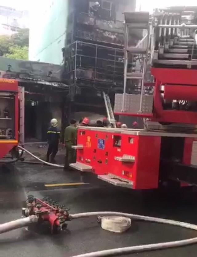 Cháy dữ dội tòa nhà cao tầng trên đường Nguyễn Trãi, TP HCM  - Ảnh 5.