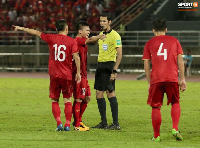 Duy Mạnh phản ứng cực gắt với trọng tài sau khi đội trưởng Quế Ngọc Hải bị đối phương chơi xấu - Ảnh 5.