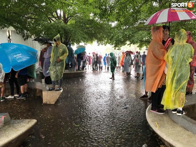 Fan cổ vũ cuồng nhiệt bất chấp mưa lớn trước trận Việt Nam đại chiến Thái Lan - Ảnh 7.