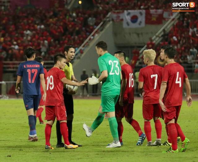 Duy Mạnh phản ứng cực gắt với trọng tài sau khi đội trưởng Quế Ngọc Hải bị đối phương chơi xấu - Ảnh 6.