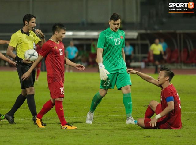 Duy Mạnh phản ứng cực gắt với trọng tài sau khi đội trưởng Quế Ngọc Hải bị đối phương chơi xấu - Ảnh 7.