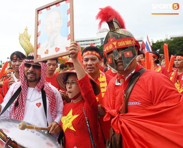 Fan cổ vũ cuồng nhiệt bất chấp mưa lớn trước trận Việt Nam đại chiến Thái Lan - Ảnh 9.
