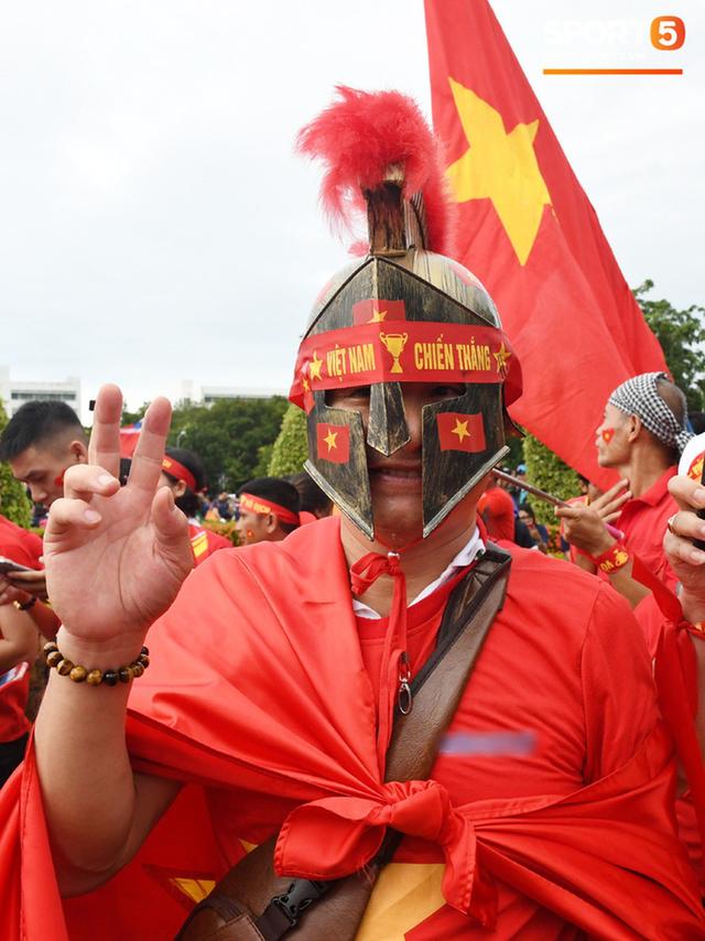 Fan cổ vũ cuồng nhiệt bất chấp mưa lớn trước trận Việt Nam đại chiến Thái Lan - Ảnh 10.