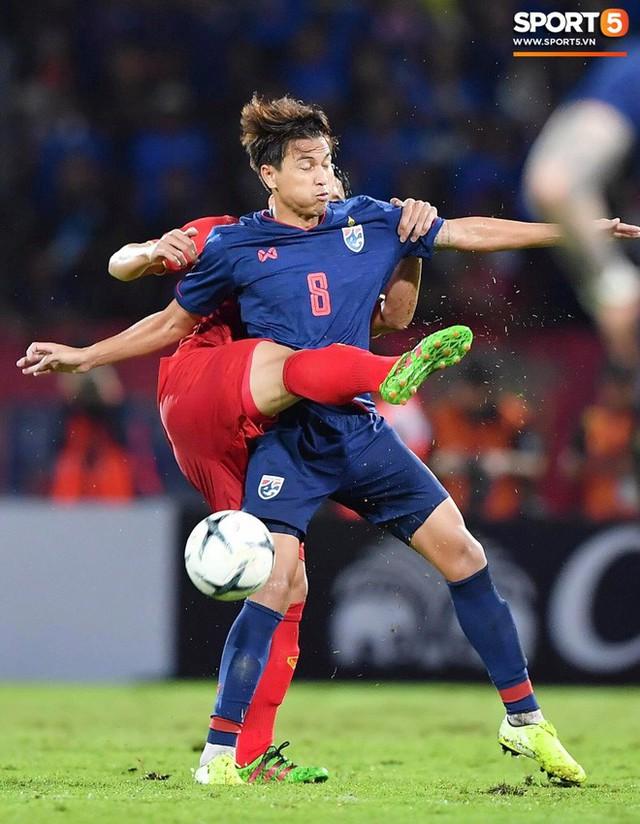 Duy Mạnh phản ứng cực gắt với trọng tài sau khi đội trưởng Quế Ngọc Hải bị đối phương chơi xấu - Ảnh 9.
