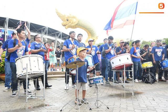 Fan cổ vũ cuồng nhiệt bất chấp mưa lớn trước trận Việt Nam đại chiến Thái Lan - Ảnh 11.