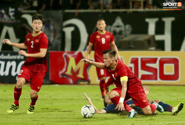 Duy Mạnh phản ứng cực gắt với trọng tài sau khi đội trưởng Quế Ngọc Hải bị đối phương chơi xấu - Ảnh 10.