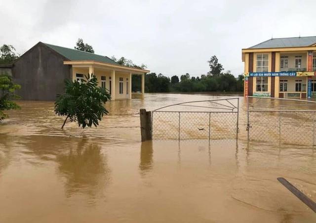 Cận cảnh những ngôi nhà bị nước bao vây gần chạm nóc trong rốn lũ tại Hà Tĩnh - Ảnh 2.