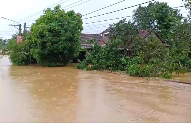 Cận cảnh những ngôi nhà bị nước bao vây gần chạm nóc trong rốn lũ tại Hà Tĩnh - Ảnh 11.