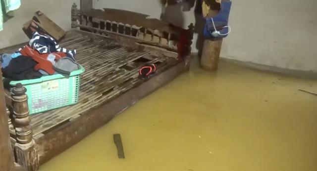 Cận cảnh những ngôi nhà bị nước bao vây gần chạm nóc trong rốn lũ tại Hà Tĩnh - Ảnh 15.