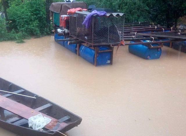 Cận cảnh những ngôi nhà bị nước bao vây gần chạm nóc trong rốn lũ tại Hà Tĩnh - Ảnh 17.