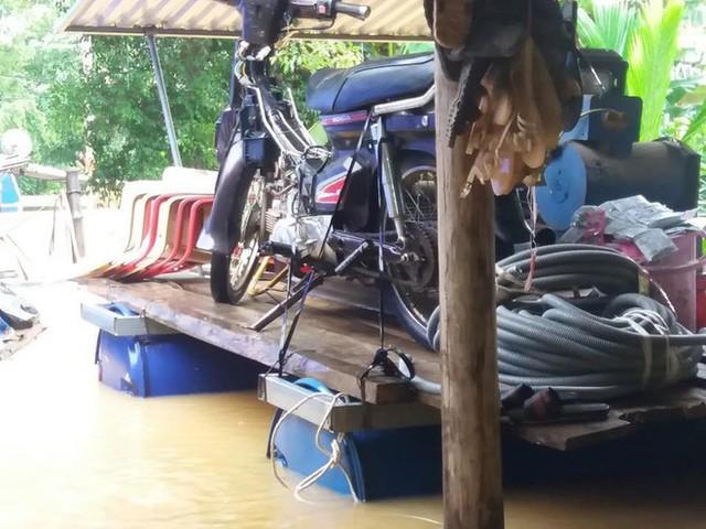 Cận cảnh những ngôi nhà bị nước bao vây gần chạm nóc trong rốn lũ tại Hà Tĩnh - Ảnh 18.