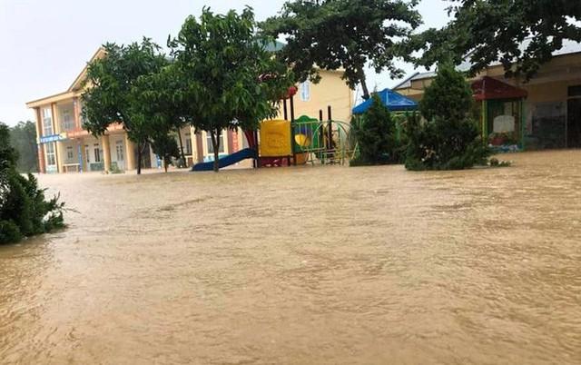 Cận cảnh những ngôi nhà bị nước bao vây gần chạm nóc trong rốn lũ tại Hà Tĩnh - Ảnh 3.