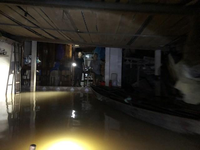 Cơ cực cuộc sống ở vùng lũ: Ba đêm thức trắng trên gác nhà chờ nước rút - Ảnh 3.
