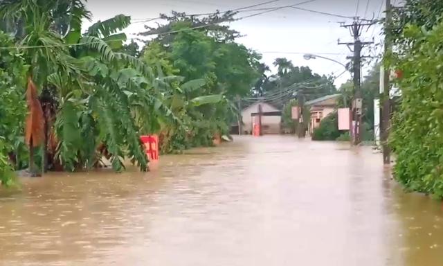 Cận cảnh những ngôi nhà bị nước bao vây gần chạm nóc trong rốn lũ tại Hà Tĩnh - Ảnh 4.